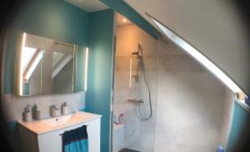 La SDE terminée avec grande douche + banc, meuble vasque